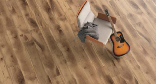 Laminatboden mit Gitarre